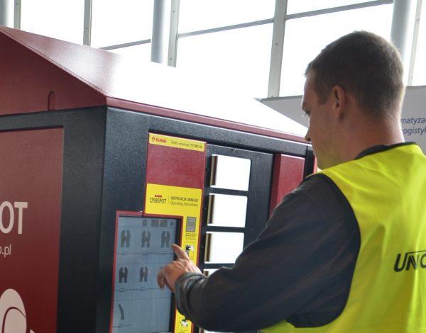 Maszyna wydająca pracownikom odzież roboczą