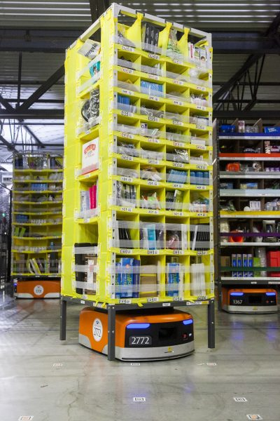 Robot Amazona transportuje regał z produktami